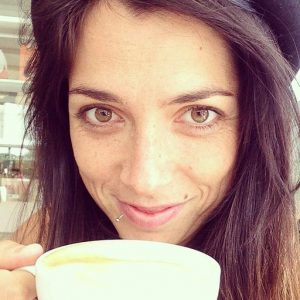 Eccomi! Con un super cappuccino, la mia unica vera droga!