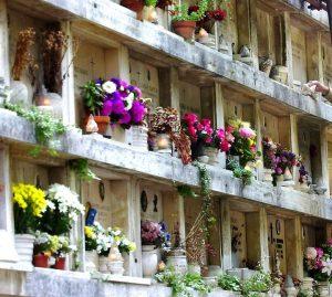 Un cimitero pieno di fiori nel giorno dei morti.